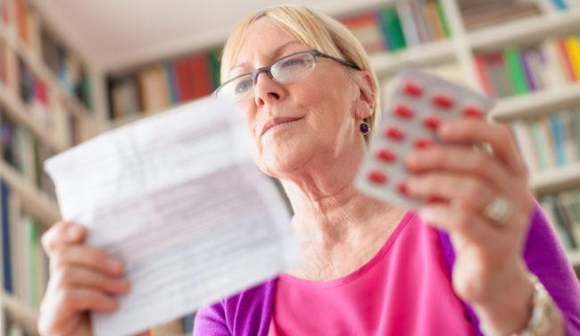 Женщина изучает рекомендации к применению лекарства
