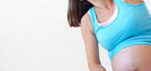 Беременная женщина занимается йогой