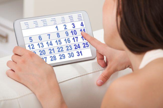 Девушка пользуется онлайн календарем