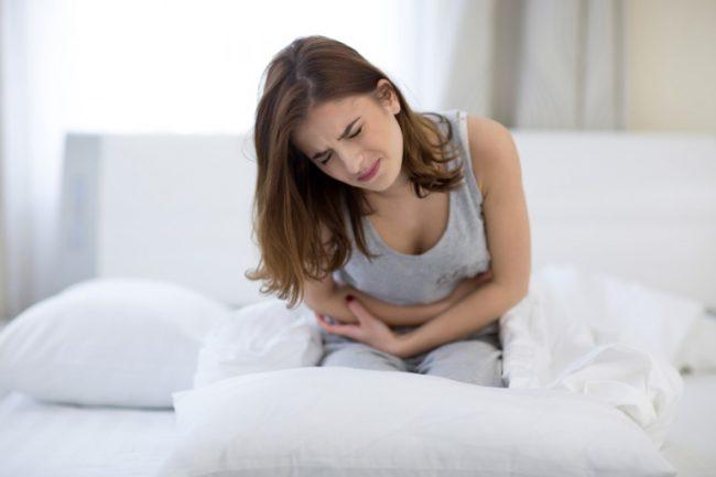 Сильная боль у женщины во время месячных