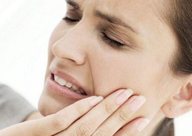 Острая зубная боль у женщины