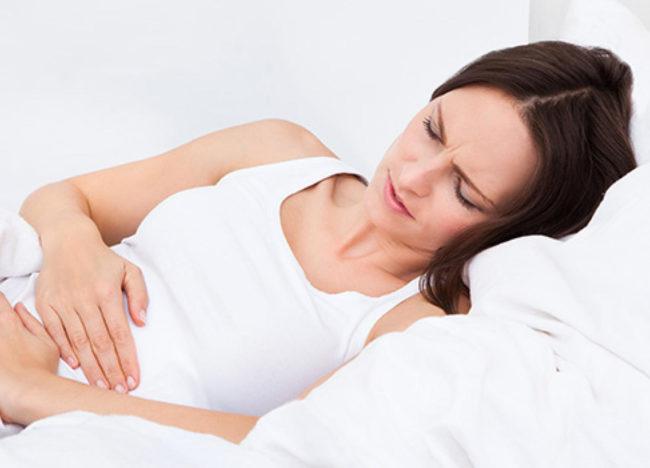 Боли в животе у женщины при месячных