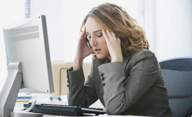 Женщина в состоянии стресса на работе