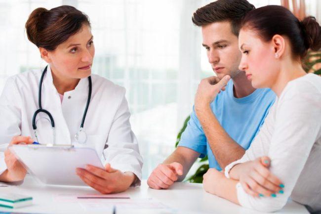 Супружеская пара на приеме у врача