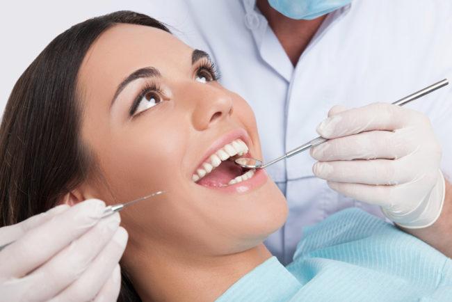 Девушка улыбается стоматологу