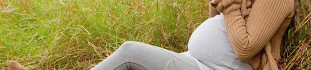 Беременная женщина собирает отвар в поле