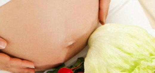 Младенец шевелится в животике у беременной женщины