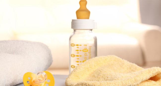 Чистая бутылочка для питания младенца