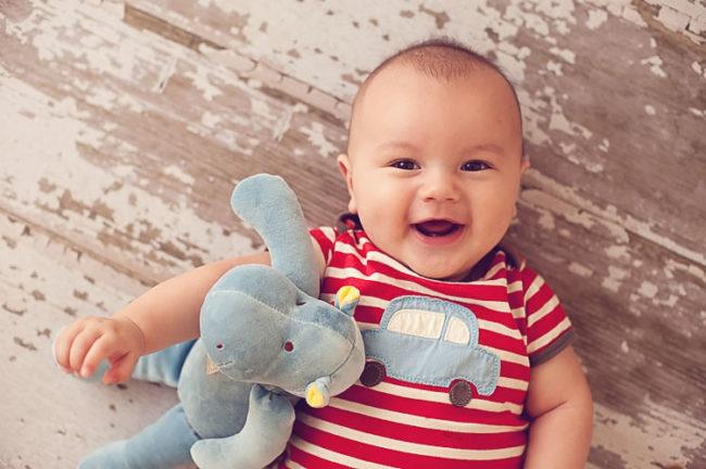 Четыре месяца малышу в полосатой кофте