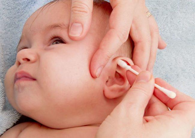 Чистка ушек новорождённой девочке ватной палочкой