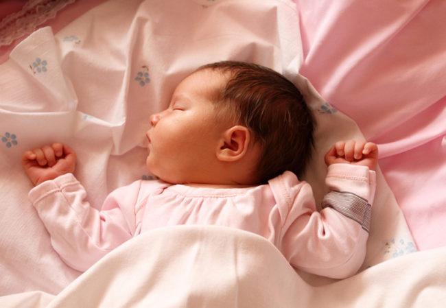 Один месяц новорожденной девочке