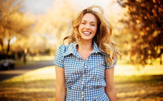 Женщина с хорошим настроением на улице
