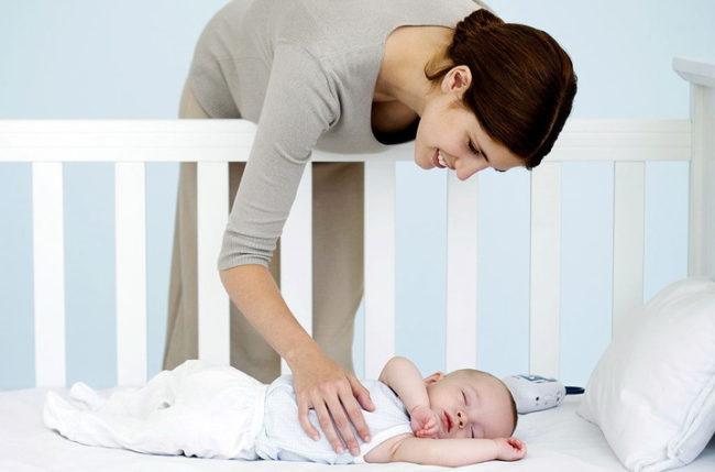 Мама меняющая позу ребёнка во сне