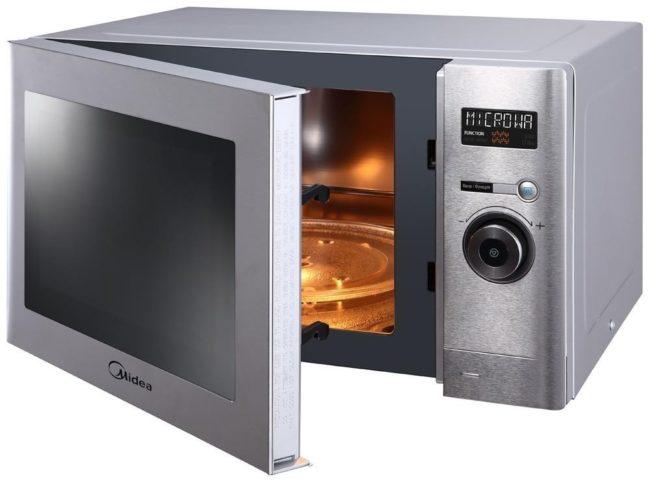 Микроволновая печь на белом фоне