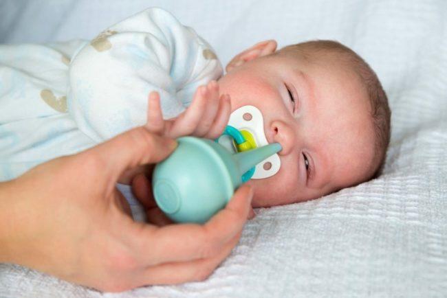 Процедура очистки носа у новорождённого