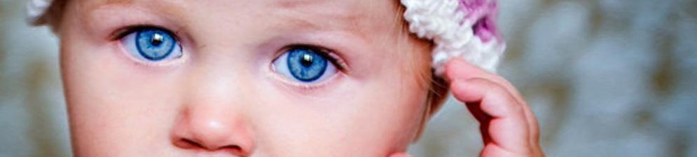 Новорождённая девочка с голубыми глазами