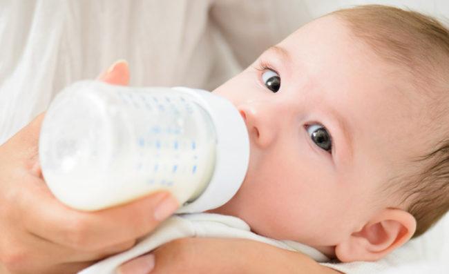 Кормление новорождённого из бутылочки