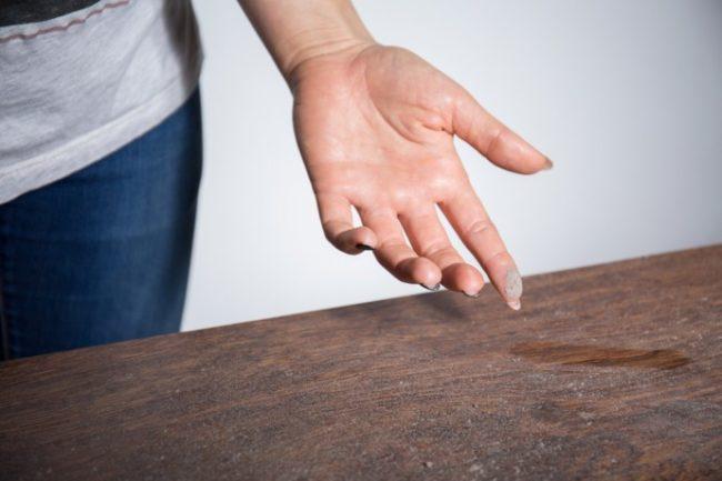 Пыль на мебели и на пальце