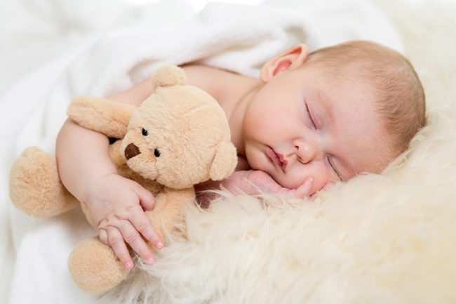 Ребёнок спящий с игрушкой