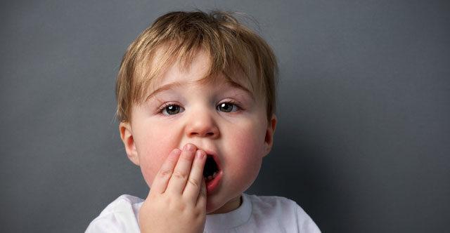 Маленький ребёнок у которого болят зубы