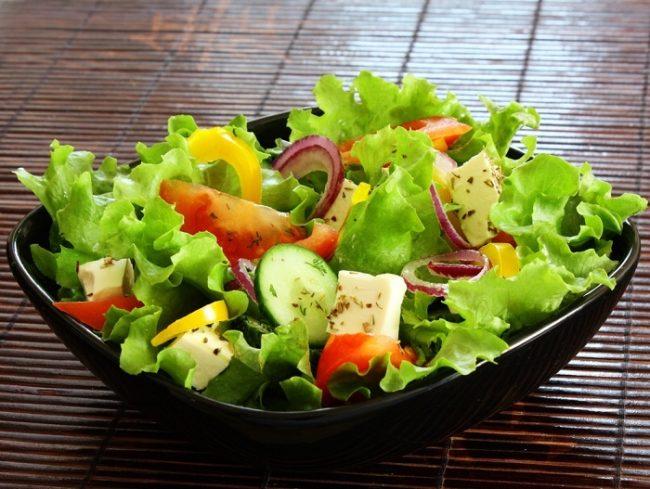 Овощной салат в чёрной тарелке