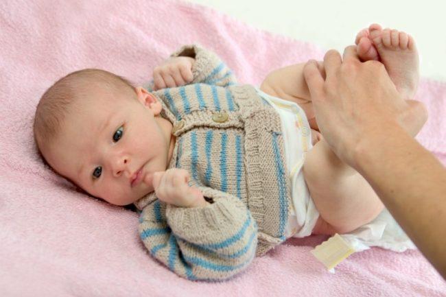 Смена подгузника новорождённому