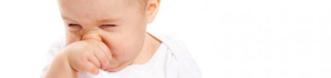 Новорождённый вытирает сопли ручкой