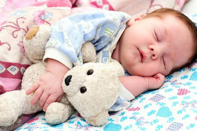 Малыш спящий в обнимку с мягкой игрушкой