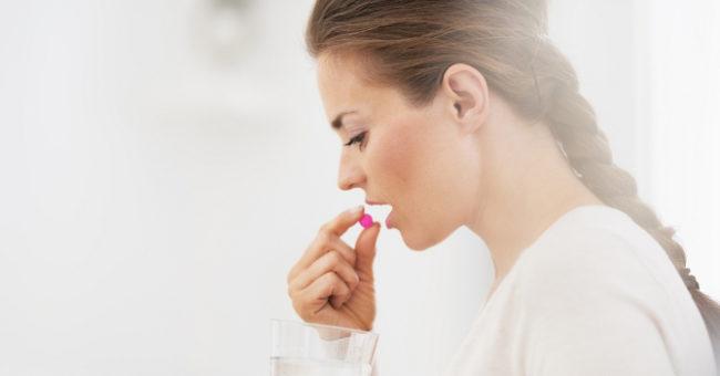 Женщина принимающая леденец от кашля