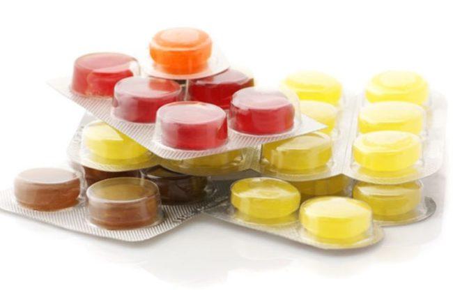 Разноцветные леденцы от кашля в упаковке
