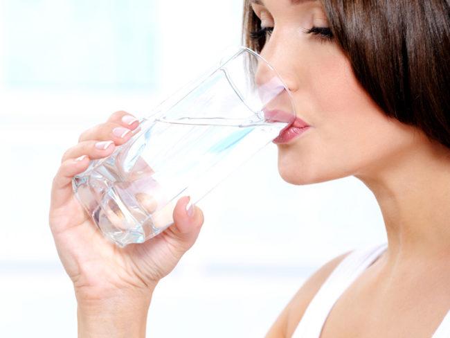 Женщина пьющая укропную воду