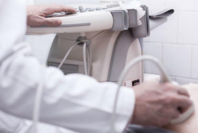 Процедура узи проводимая врачом в белом халате