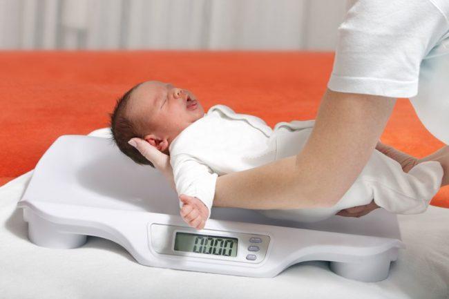 Взвешивание ребенка на весах