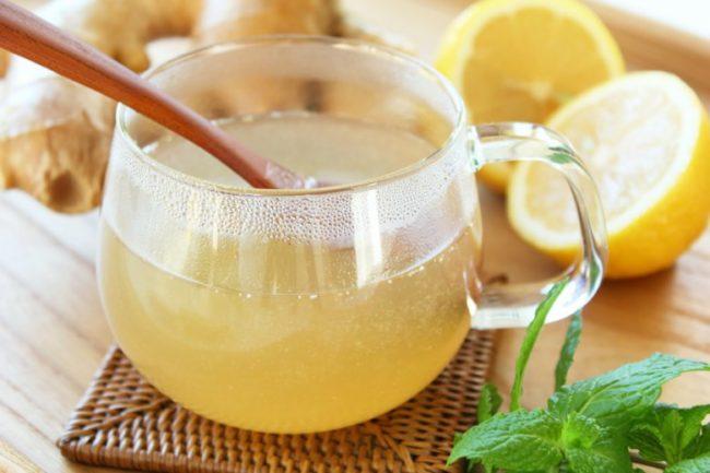 Напиток из теплой воды и меда в прозрачной чашке
