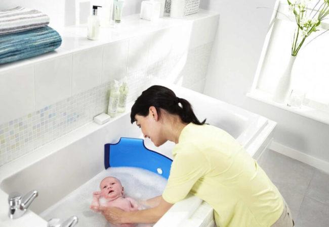 Купание новорождённого в ванночке