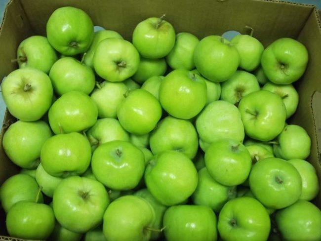 Зелёные яблоки в коробке