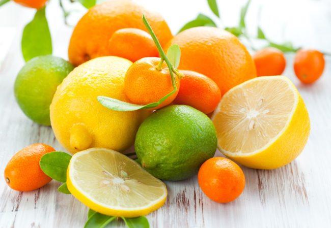 Цитрусовые продукты на столе
