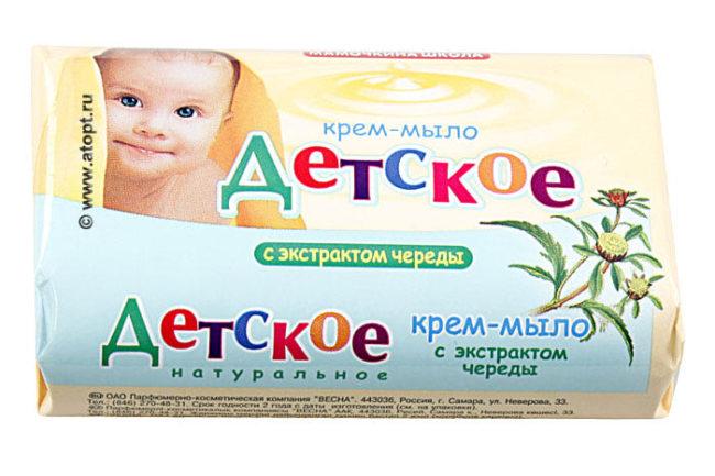 Детское мыло в упаковке на белом фоне