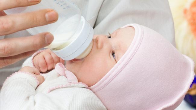 Новорождённый питающийся из бутылочки