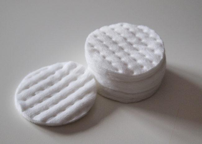 Белые ватные диски на сером фоне