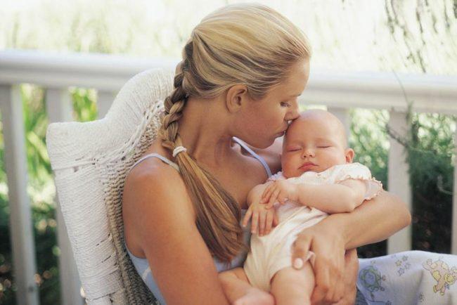 Мама с новорождённым малышом на руках