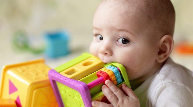 Ребёнок с разноцветной игрушкой