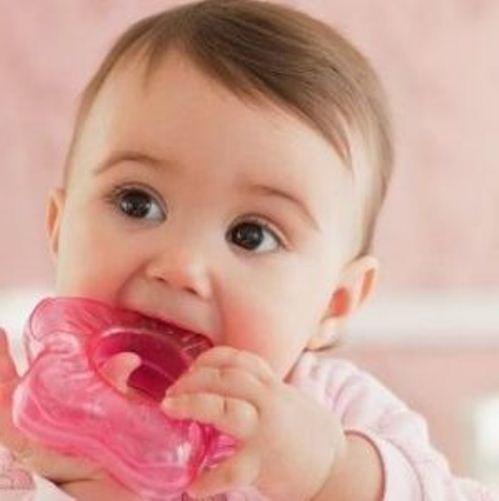 Новорождённая девочка грызёт розовый грызунок