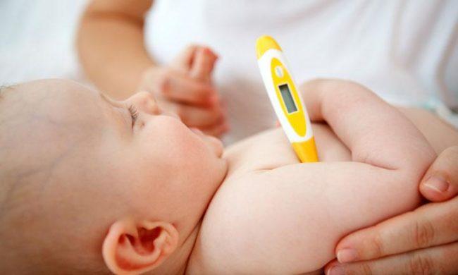 Измерение температуры новорождённому