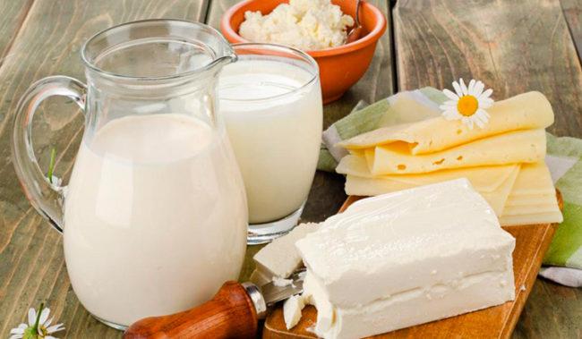 Кисломолочные продукты на столе