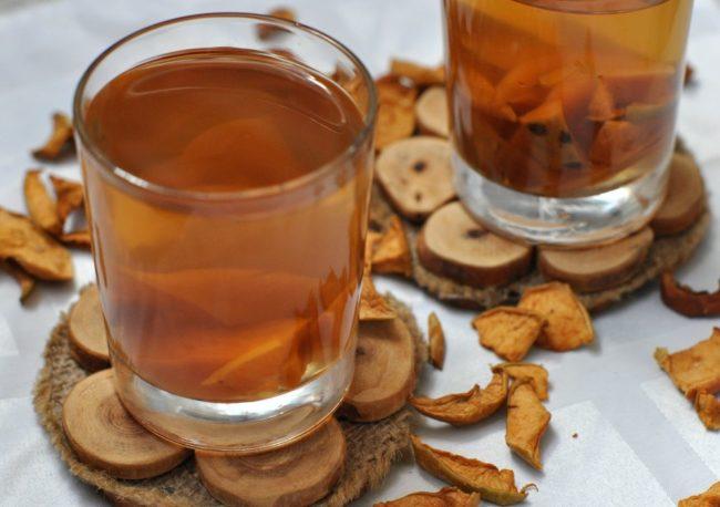 Компот из сушёных яблок в стакане