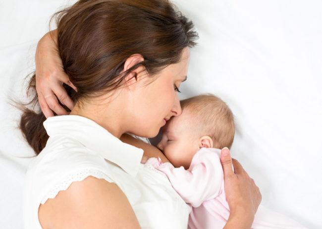 Кормление грудью новорождённого