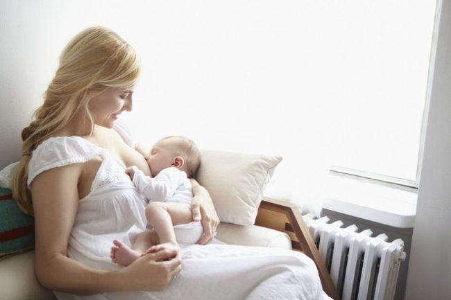 Кормление новорождённого грудным молоком