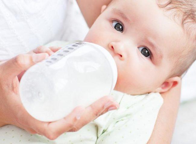 Кормление из бутылочки новорождённого