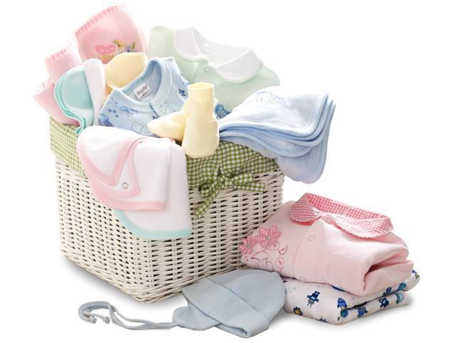 Корзина для белья наполненная одеждой для новорождённого ребёнка